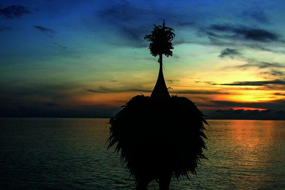 Matthias Gretzschel - Ein Tumbuan tanzt am Strand von Rabaul. Der Kult um die maskierten Geister wird bis heute von einem Geheimbund gesteuert.