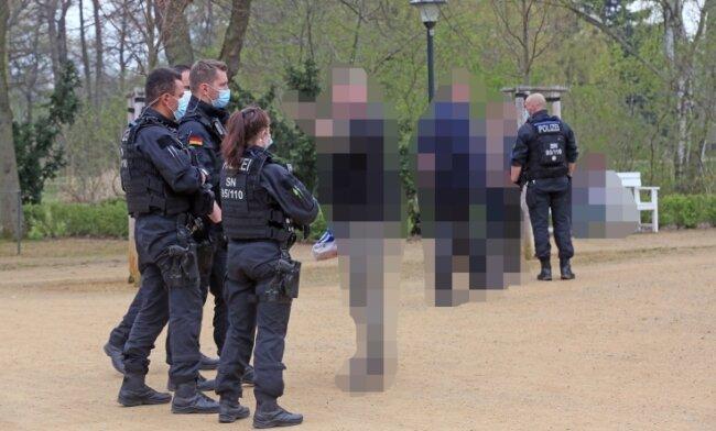 Im Rosengarten gab es Diskussionen, als die Polizei eine auf 28 Personen angewachsene Gruppe auflöste und Personalien aufnahm.