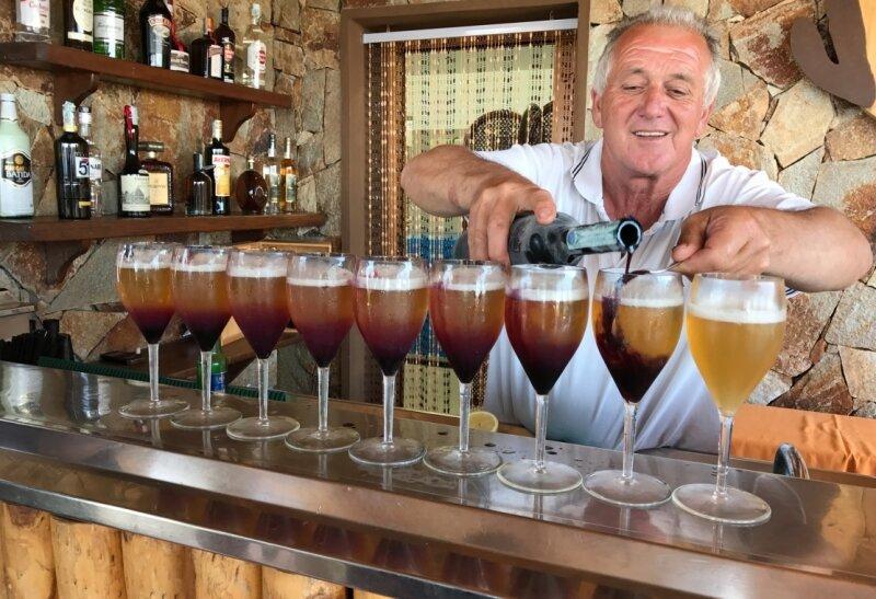 Einkehren bei Urgestein Paolo Sardo im Valle dell' Erica: Sein selbstentwickelter Cocktail Sardo besteht aus Bier, Zitronensaft und rotem Myrtenlikör.