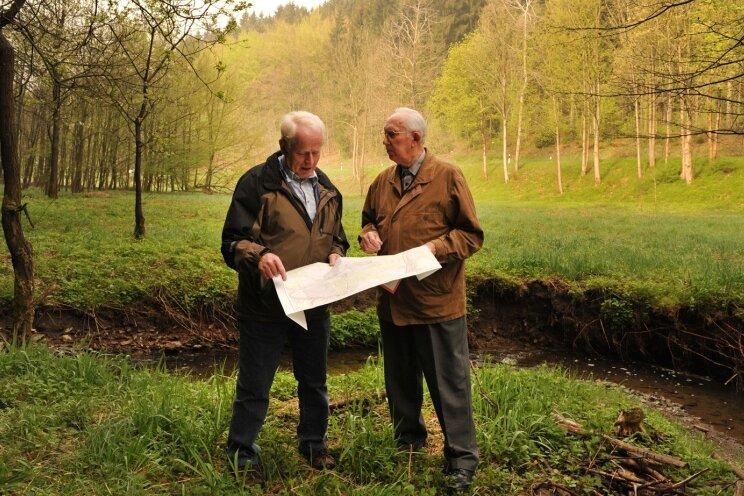 """<p class=""""artikelinhalt"""">Siegfried Weiß aus Auerbach (links) und Herbert Uhlig aus Gornsdorf diskutieren, woher """"De Looch"""" ihren Namen haben könnte. Durch das so bezeichnete Tal schlängelt sich der Gornsdorfer Bach. </p>"""