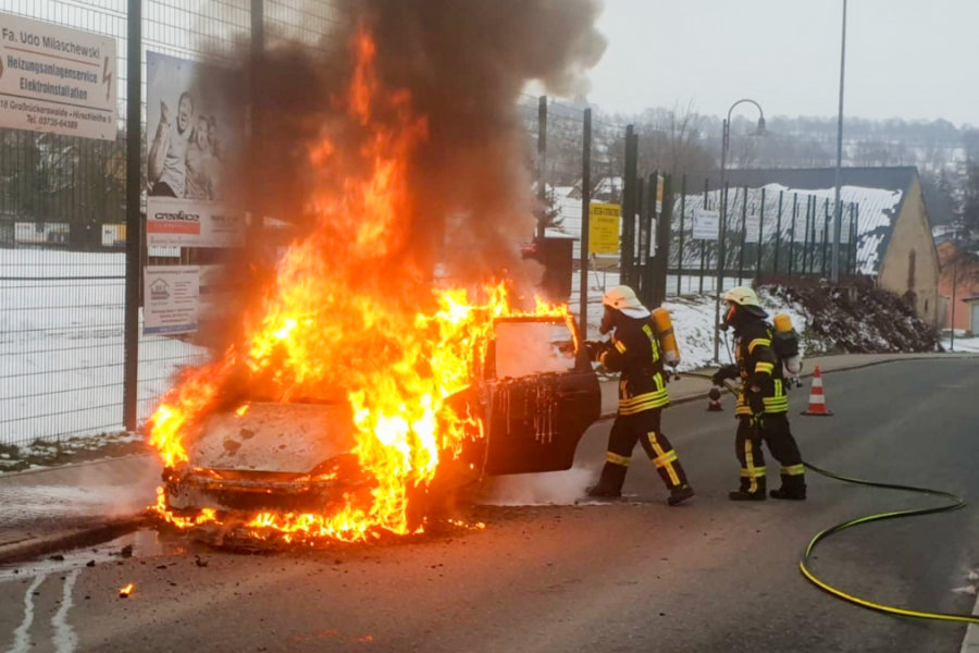 Feuerwehr löscht Fahrzeugbrand in Großrückerswalde