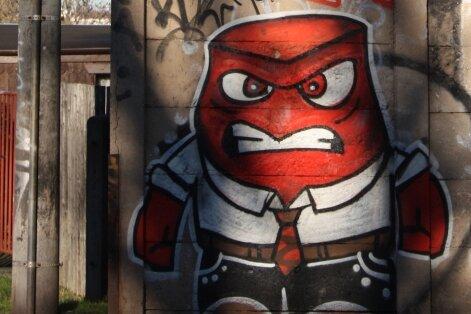 """""""Sag Hallo"""" (Say Hello) steht über diesem Graffito in Chemnitz, das """"Wut"""" zeigt, einen Charakter aus dem Kinofilm """"Alles steht Kopf"""". Der Film demonstriert, wie Gefühle das Handeln der Menschen bestimmen und was passiert, wenn ein destruktiver Kerl wie """"Wut"""" das Kommando übernimmt."""