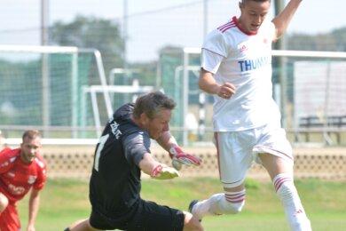 Im letzten Moment gestoppt: Langenaus Torjäger Patrick Thiele, hier im Duell mit dem VfB Zöblitz, konnte sich am Wochenende nicht in die Torschützenliste eintragen. Dennoch gewann die Fortuna zweimal.
