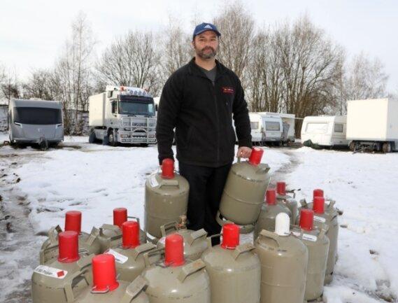 Edmund Brumbach stellt die leeren Gasflaschen bereit. Die ausgebremste Puppenspielerfamilie verbraucht in 14 Tagen zwischen zehn und 15 Flaschen.