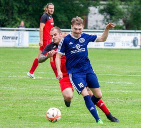 Wacker-Spieler Christian Schneider (blaues Trikot) behauptet in dieser Szene den Ball vor dem Weischlitzer Maik Gork. Das Spiel entschieden am Ende jedoch die Platzherren für sich.