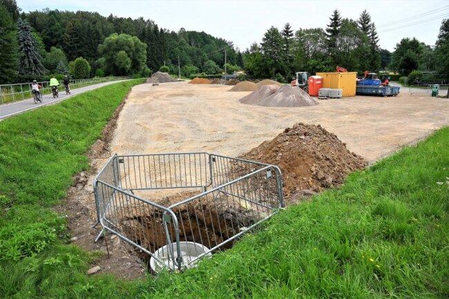 Am Ortseingang Wittgensdorf an der Unteren Hauptstraße in der Nähe der B 107 soll am Chemnitztalradweg ein Biergarten entstehen. Die Bauarbeiten haben begonnen, doch die Stadt verhängte einen Baustopp. Zuvor war der Platz von Schutt, Müll und alten Gärten beräumt worden.