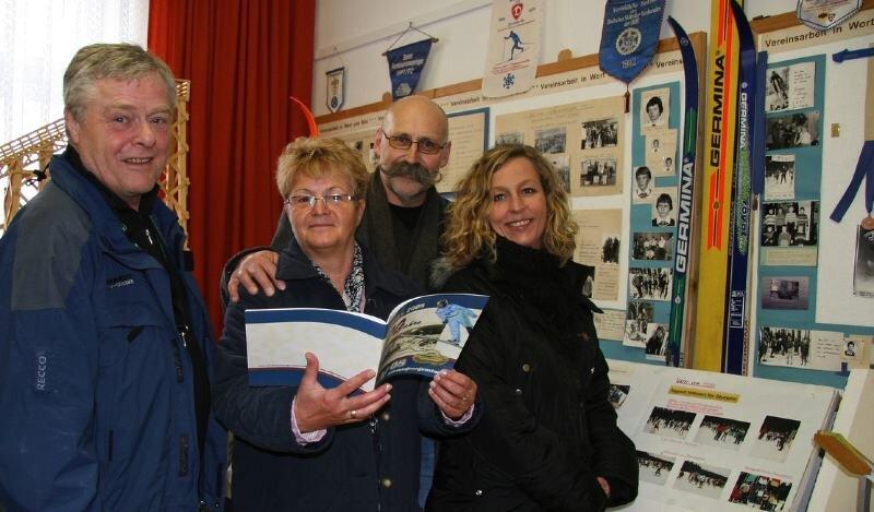 Die Gäste aus dem norwegischen Jessheim haben das kleine Ski-Museum im Rathaus Johanngeorgenstadt besucht.