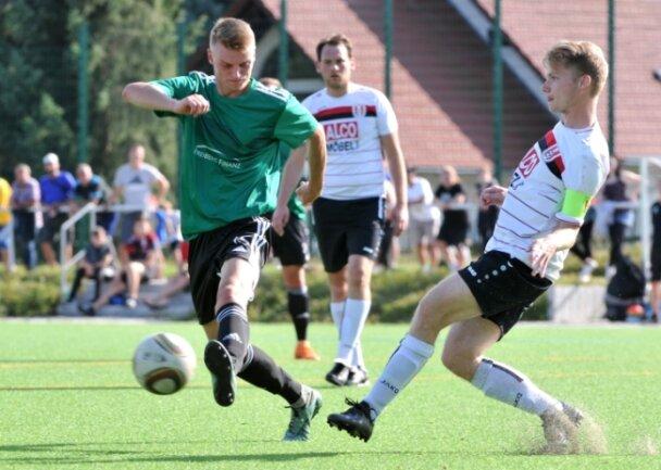Nick Waydera (l.), hier im Duell mit dem Brander Kapitän Dominic Seidel, schoss den Zuger SV in die zweite Pokalrunde.