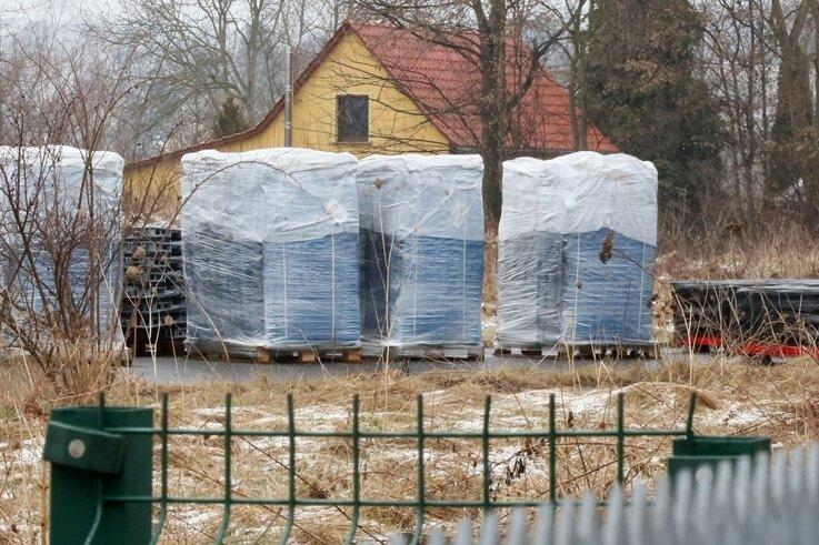 Der von der Zwickauer Stadtverwaltung angeschaffte Zufahrtsschutz wurde auf dem ehemaligen Fahrübungsplatz zwischengelagert.