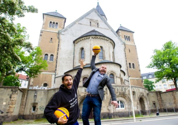 Oberligaspieler Tobias Thoß und Pfarrer Andreas Vödisch (rechts) wollen an der Plauener Markuskirche einen Basketballplatz als Begegnungsstätte schaffen.
