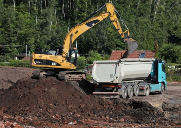 Von den Gebäuden der Kaisergrube II ist nichts mehr zu sehen. Ein Bagger trägt die kontaminierte Schicht ab. Der mit Schwermetallen belastete Boden muss ersetzt werden.