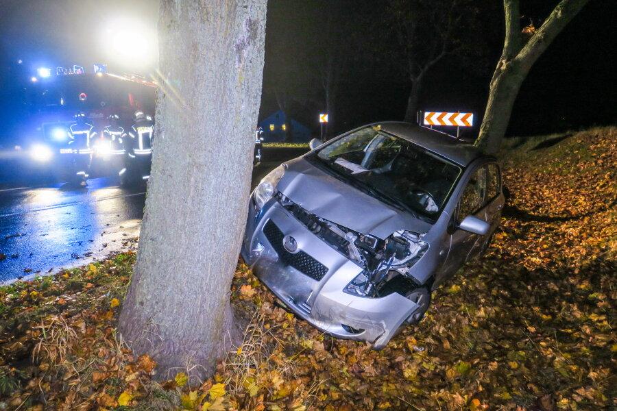 54-jährige fährt mit Toyota gegen Baum