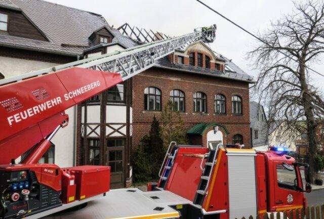 """Der Dachstuhl des derzeit geschlossenen Landhotels """"Schnorrbusch"""" wurde bei dem Brand stark in Mitleidenschaft gezogen."""