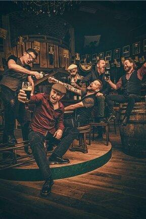 Tassen hoch: Fiddler's Green feiern ihre 30 Bühnenjahre zur Corona-Not eben im Internet.