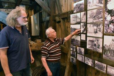 Zusammen mit Vereinschef Andreas Benthin (l.) schaut sich Gottfried Porstmann Fotos aus der Vereinsgeschichte an.