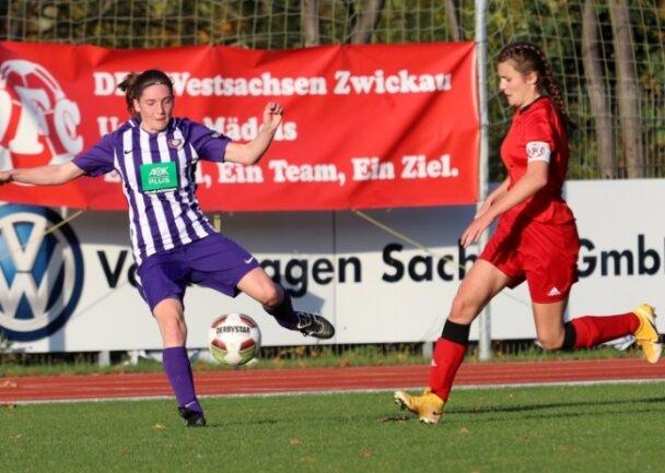 Zwar kommt DFC-Spielerin Kristin Richter (rechts) in dieser Szene gegen Lisa Friedrich von Erzgebirge Aue ein wenig zu spät. Am Ende aber behielten die Zwickauerinnen mit 5:2 die Oberhand gegen die Gäste.