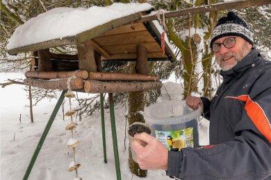 Mehr als 200 Kilogramm Sonnenblumenkerne verfüttert der Heidersdorf Peter Donath jeden Winter an die Vögel.