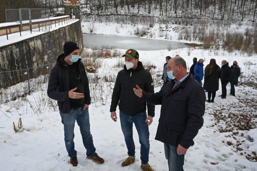 Hendrik Hadlich vom Verein Walden, Unternehmer Frank Buschbeck und Ortsvorsteher Thomas Groß (von links) bei einem Ortstermin. Hier könnte einmal ein Urlaubs- und Badeareal entstehen. Frank Buschbeck hat damit Erfahrungen.
