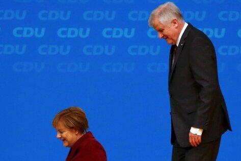 Abgang ohne große Geste: Bundeskanzlerin und CDU-Chefin Angela Merkel begleitete den CSU-Vorsitzenden und bayerischen Ministerpräsidenten Horst Seehofer zum Ausgang.