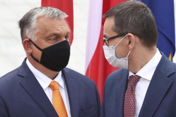 Mateusz Morawiecki (r), Premierminister von Polen, begrüßt Viktor Orban, Premierminister von Ungarn, zum Treffen der Premierminister der Visegrad-Staaten.