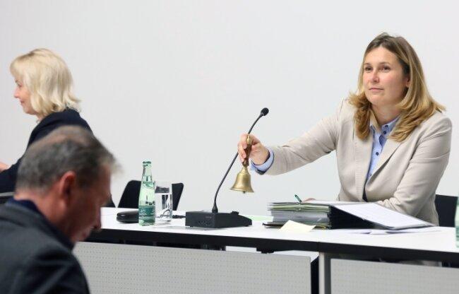Jens Heinzig (vorn links) möchte seine mündlich gestellten Anfragen gern wieder sofort von Constance Arndt beantwortet haben.