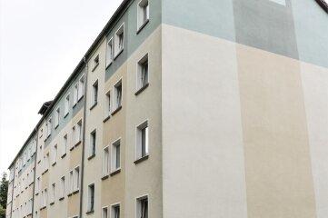 In diesen Block in Falkenau befindet sich eine der acht städtischen Wohnungen, die verkauft werden sollen.