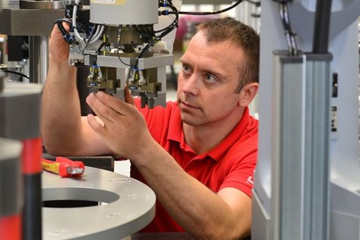 Am neuen Arbeitsplatz: Mitarbeiter Mario Schütt arbeitet an einer Montageanlage, die für einen Automobilhersteller bestimmt ist.