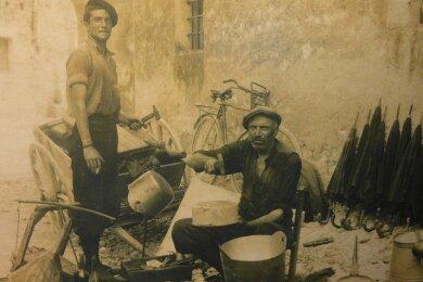 Dieses alte, undatierte Bild zeigt Kesselflicker in Italien. Ihre Tätigkeit übten sie unter freiem Himmel aus. Sie erforderte einiges Geschick. Angesehen waren diese Handwerker aber dennoch nicht.