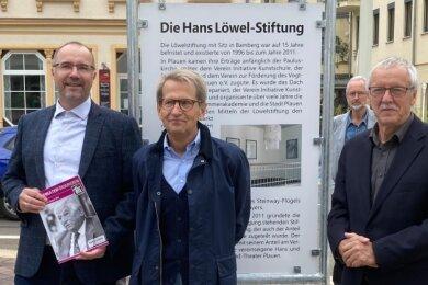 Hans-Löwel-Gedenktafel enthüllt: Kulturbürgermeister Steffen Zenner (CDU), Stiftungsvorstand Lutz Behrens, Theaterfördervereinsvorsitzender Friedrich Reichel (von links).