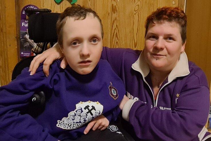 Paul in seinem Lieblingsshirt. Auch Pauls Mutter ist eine Lila-Weiße. Nun beteiligt sich der FC Erzgebirge an der Spendenaktion.