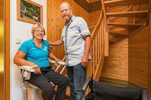 In die zweite Etage ihres Hauses geht es nun per Treppenlift: Sieghard und Sylvia Weißbach aus Burkhardtsdorf in ihrem Flur.