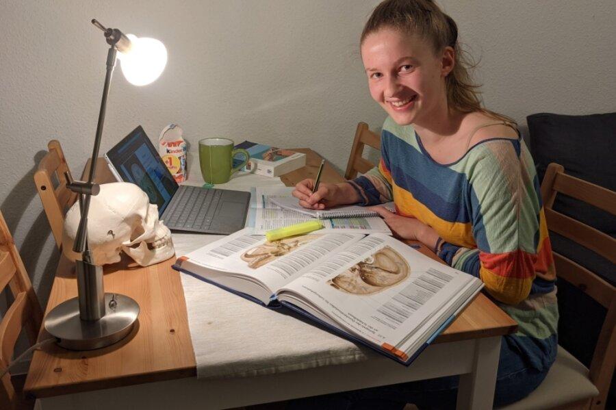 Coronabedingt bestimmt Homeoffice auch den Alltag von Medizinstudentin Anna Nemitz aus Wiesa. Und es steht schon fest: Alle Vorlesungen und fast alle Seminare finden auch im dritten Semester online statt.