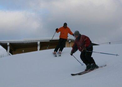 """<p class=""""artikelinhalt"""">Skiclub-Trainer Horst Schreier (v.) und """"Freie Presse""""-Redakteur Holk Dohle am Mittwoch bei der Jungfernfahrt auf Rosts Wiesen. Auf der etwa einen halben Meter dicken Kunstschneedecke ließ es sich schon prima schwingen. Ab Freitag ist täglich von 9 bis 21 Uhr Liftbetrieb auf dem Skihang in Augustusburg.</p>"""