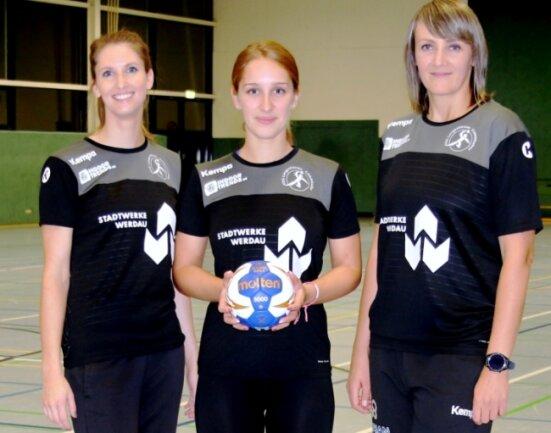 Julia Sander, Sophie Fritsch und Corina Cupcea (von links) tragen seit dieser Saison gemeinsam die Verantwortung für die Handballerinnen der HSG Langenhessen/Crimmitschau.