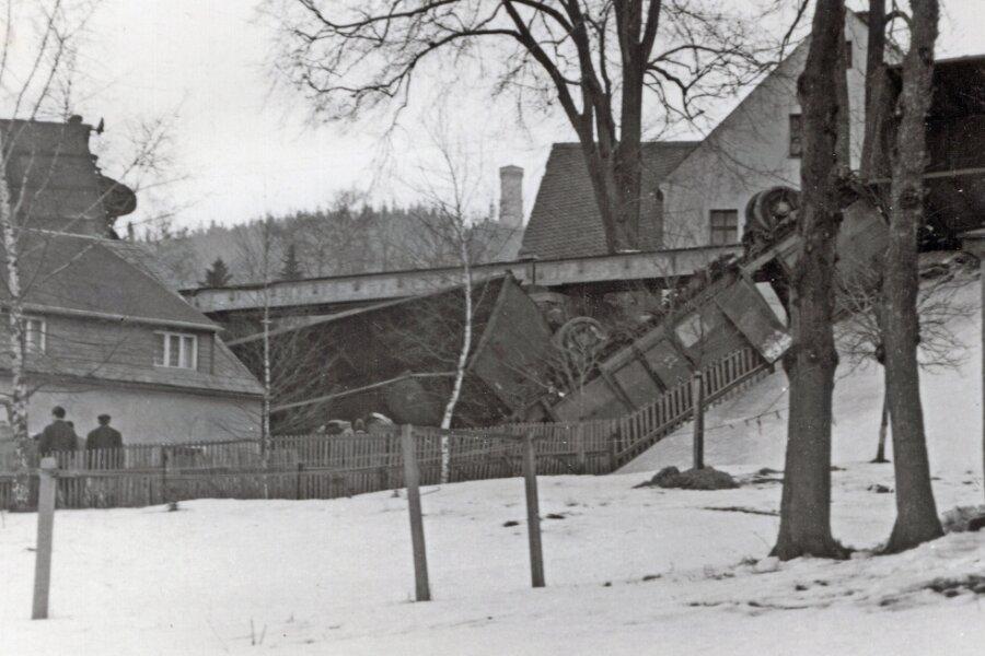 Am 23. Januar 1971 ereignete sich an der Eisenbahnbrücke der Trasse nach Königswalde ein schwerer Zwischenfall. Sechs Güterwagen stürzten am Fuße des Pöhlbergs von den Gleisen.