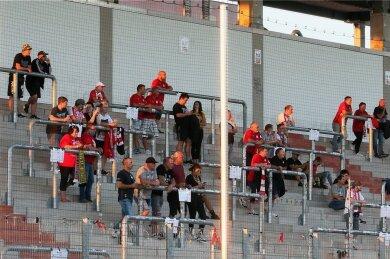 Die Wellenbrecher auf der Stehplatztribüne gelten in Coronazeiten als Punkt, an dem sich maximal elf Fans einer Gruppe versammeln dürfen. Das Testspiel in der Zwickauer GGZ-Arena gegen Meuselwitz diente als Testlauf für den Saisonstart des FSV, bei dem 3600 Fans zugelassen sind.