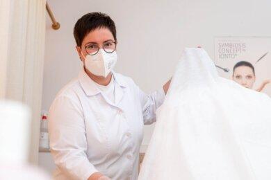 Angela Knappe in ihrem Kosmetikstudio in Rochlitz bei Vorbereitungen auf Kundschaft. Sie freut sich, wieder öffnen zu dürfen. Noch aber gebe es Unsicherheiten rund ums Testen - bei ihr wie bei Kunden.