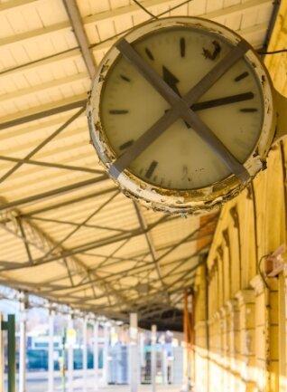 Der Reichenbacher Bahnhof wirkt mittlerweile heruntergekommen. Doch einstige Pracht ist nach wie vor sichtbar.