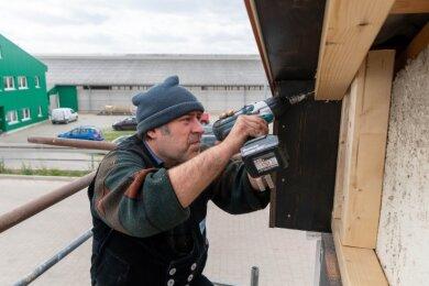 Derzeit sind Mitarbeiter der Firma Rütz Bedachungs GmbH Seelitz mit Arbeiten am Dach und an der Fassade beschäftigt. Am kommenden Montag soll der Kuh-Info-Treff, in dem auch Übernachtungen möglich sind, eröffnet werden.
