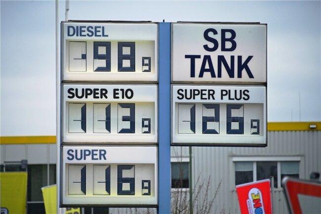 Das war im April. Ein Liter Diesel für weniger als einen Euro - das gab es in den vergangenen Jahren nur noch selten.