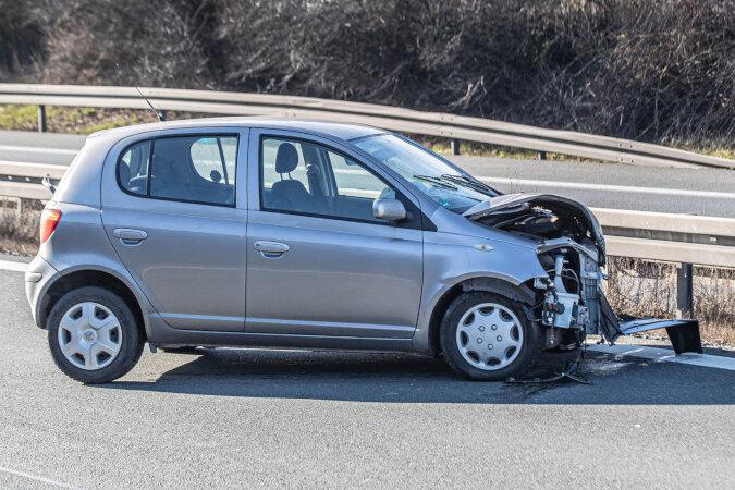 Toyota verunglückt auf A 72: Fahrerin leicht verletzt