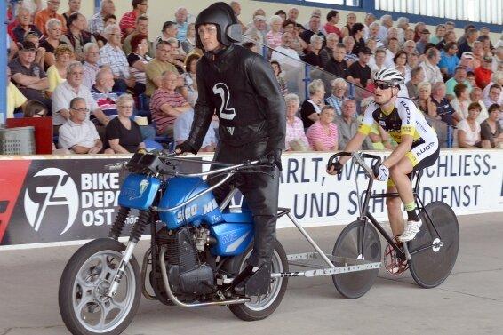 Robert Retschke hinter Schrittmacher Holger Ehnert während eines Rennens auf dem Leipziger Oval.