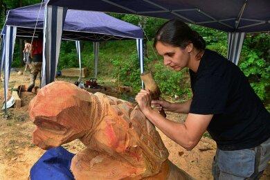 Doreen Wehrhold arbeitete bei einem früheren Skulpturenwettbewerb an einem japanischen Flussgeist. Foto: Falk Bernhardt