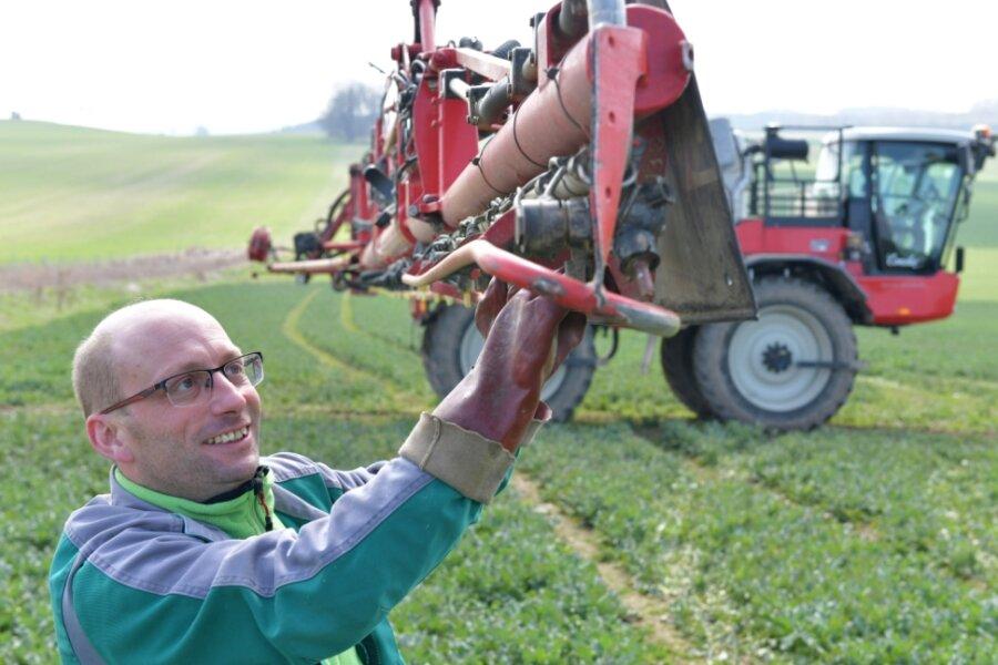 Auf einem Rapsfeld nach dem Ortsausgang Weißenborn überprüft Maik Müller, Mitarbeiter bei LDH Langenau, die Düsen an einer Selbstfahrspritze. Deren Ausleger haben eine Arbeitsbreite von 36 Metern. Die Rapspflanzen werden mit einem Fungizid besprüht, damit das Wurzelwachstum angeregt wird und damit sich die Pflanze besser verzweigt und mehr Schotenansätze ausbildet.