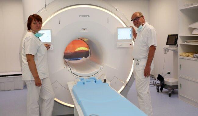 Chefarzt Peter Fischer und Röntgenassistentin Tatjana Stöhr am neuen Gerät für die MRT.
