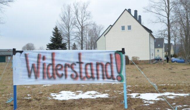"""Flüchtlinge sind in Clausnitz im Osterzgebirge ganz offensichtlich nicht willkommen. Es blieb jedoch nicht beim Protest mit Transparenten. Ein Mob von mehreren Dutzend Menschen umringte am Donnerstagabend einen ankommenden Flüchtlingsbus und schrie: """"Wir sind das Volk!"""""""