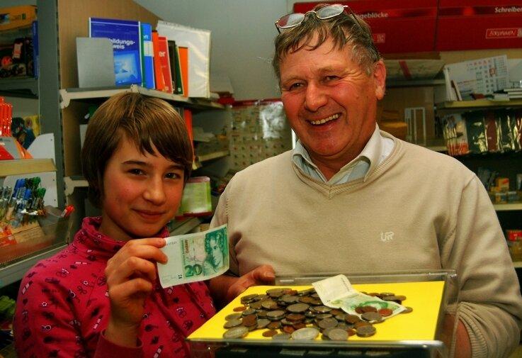 """<p class=""""artikelinhalt"""">Im Schreib- und Spielwarenladen von Horst Deglau in Klingenthal kann man noch mit der D-Mark einkaufen. Diverse Münzen und Scheine konnte Pia Müller (13 Jahre) begutachten. </p>"""