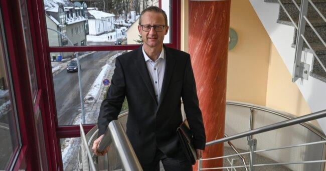 Norbert Gruss ist seit Anfang des Jahres neuer Geschäftsführer der Limbach-Oberfrohnaer Gebäudegesellschaft. Er löst Johannes Johnen ab. Der neue Chef hat zwei Kinder und lebt in Zwickau. Er hat schon bei Großvermietern in Werdau und Leipzig gearbeitet.