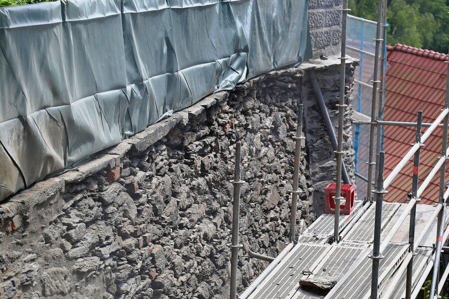 Mitarbeiter der Firma Bau-Sanierungstechnik sorgen wieder für Standsicherheit an der Stützwand.