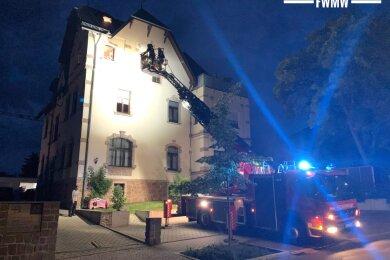 Am Sonntagabend haben Mittweidaer Feuerwehrleute eine Katze aus einer Dachrinne eines Mehrfamilienhauses gerettet. Dazu wurde sogar die Drehleiter gerufen.
